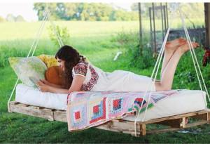 cama-colgante-pale-pallet-DIY-muy-ingenioso-23