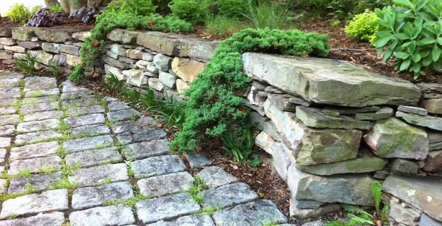 Невысокая подпорная стенка из камня